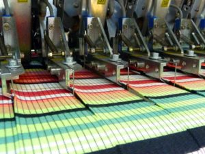 optoelektronische Messersteuerung zum Längsschneiden von Fertigware